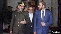 وزير الدفاع الإيراني الجنرال أحمد وحيدي (يسار) مع نظيره العراقي سعدون الدليمي في بغداد 3 تشرين أول 2012