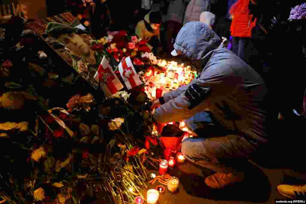 Люди кладут цветы в память о Романе Бондаренко, во дворе, который называют «Площадью Перемен», Минск, 12 ноября 2020 года
