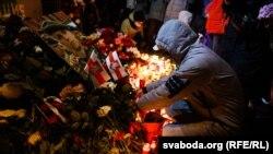 Halálra vertek egy belarusz tüntetőt: képeken a gyászoló tömeg