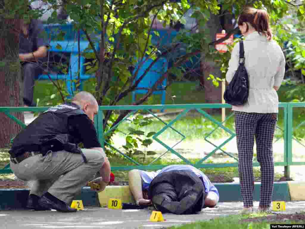 Сотрудники полиции проводят следственные действия на месте убийства Юрия Буданова