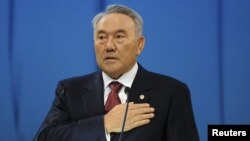 Қазақстан президенті Нұрсұлтан Назарбаев халыққа арнаған жолдауын оқу кезінде. Астана, 14 желтоқсан 2012 жыл.