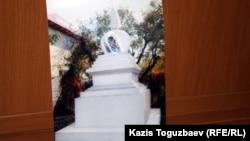 Снимок с фотографии Ступы, культового буддийского сооружения, предоставленной Александром Грицковым. Алматы, 8 апреля 2013 года.