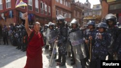 Қытай билігіне қарсы ұрандап шыққан тибеттік монах. Көрнекі сурет.