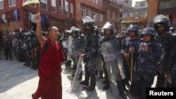 Непалда өткен Қытай саясатына қарсы шеруде сөйлеп тұрған тибеттік монах. Катманду, 10 наурыз 2010 жыл.