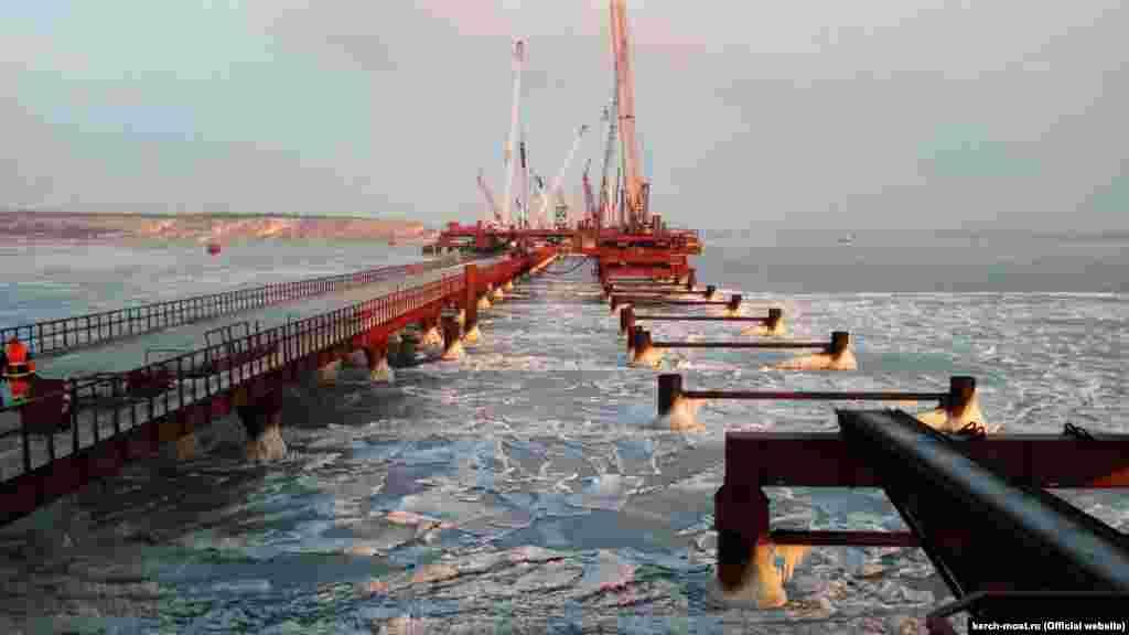 Лютий 2017 року. Технологічний міст, встановлений для будівництва Керченського мосту. Коли біля берегів Керчі мороз скував бухти в Азовському морі, міст зупинив дрейф льоду