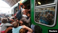 """Будапешт. Беженцы """"штурмуют"""" поезд"""