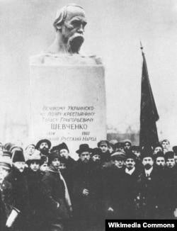 У листопаді 1918 року також відкрили пам'ятник Тарасу Шевченку і в Петрограді