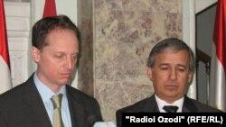 Тодд Шнайдер и Шариф Рахимзода - 2 марта 2011 года, Душанбе