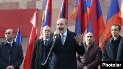 И. о. премьер-министра Армении Никол Пашинян выступает на митинге в Апаране, 21 ноября 2018 г.