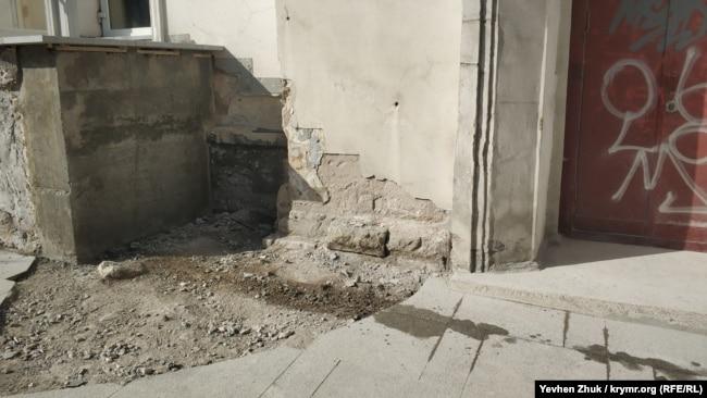 При укладке тротуарной плитки часто страдают фасады исторических зданий
