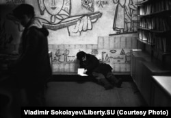 Raftul de anticariat al unei librării din Novokuznetsk, în 1983