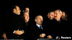 Министр внутренних дел Муаммер Гюлер (второй слева), министр экономики Зафер Чаглаян (крайний справа).