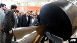 Иранскиот претседател Махмуд Ахмадинеџад во посета на изложба за вселенска технологија во Техеран.