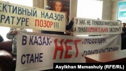 Активисты с плакатами в офисе президентской партии «Нур Отан» в Алматы, 31 октября 2016 года.