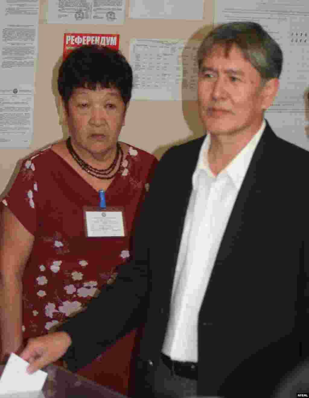 Убактылуу өкмөт башчынын биринчи орун басары А. Атамбаев 5-кесиптик-техникалык окуу жайындагы шайлоо бекетинде.