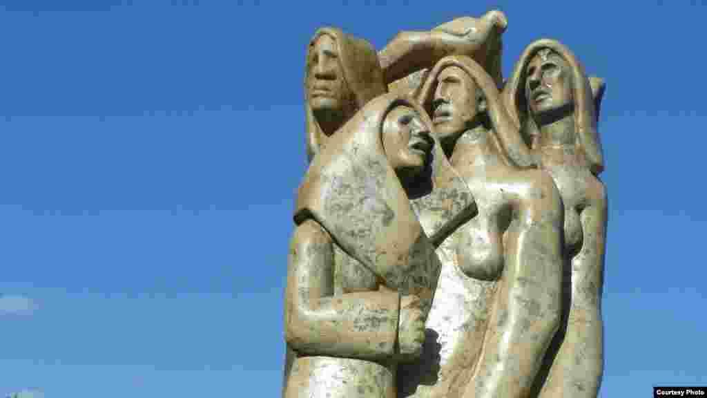 У грудні 2016-гопам'ятник жертвам Голодомору в Україні встановили на італійському острові Сардинія серед оливкових дерев у центральному парку Монте Кларо. Скульптура заввишки понад 2 метри і шириною 65 сантиметрів виготовлена із каменю жовтого трахіту, що, за задумом митця, символізує колір пшениці. Детальніше про неї –тут. Пізніше, у вересні 2017-го, в Італії також організовували виставку«Вбиті голодом. Забутий геноцид українців, 1932–1933», яка складалася зі скульптур і картин італійського митця Армандо Лекки.