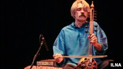 Kayhan Kalhor plays in Wahdat Hall in Tehran in July 2010.