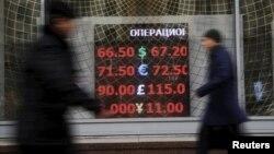 За год с начала декабря 2014-го нефть подешевела в целом на четверть, рубль к доллару - почти на треть.
