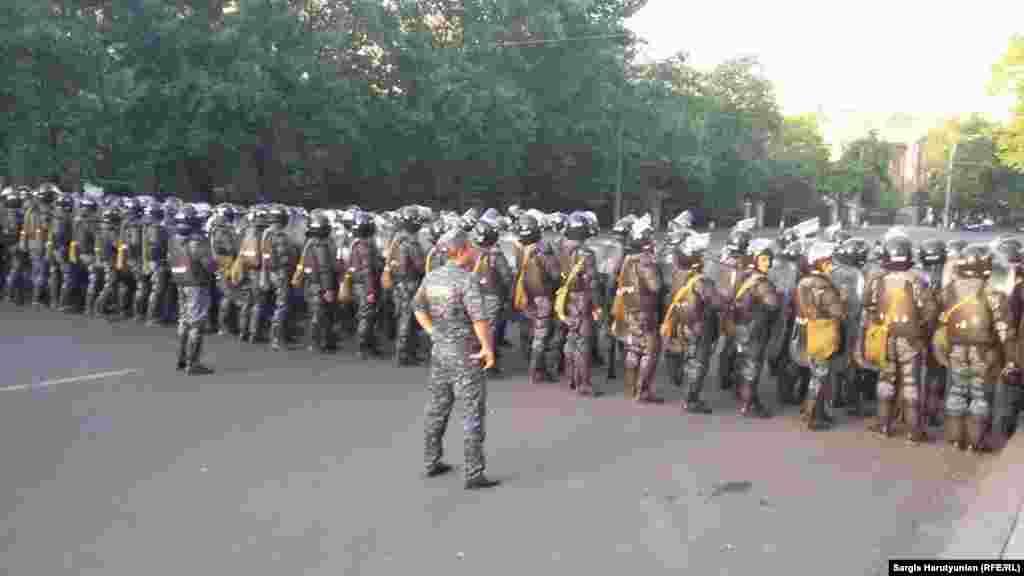 Поліцейський кордон по дорозі до резиденції президента, Єреван, 22 червня 2015 року