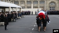 Президент Франсуа Олланд (л) під час прощання з загиблими працівниками поліції, Париж, 13 січня 2015 року