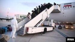 عکسی که از ورود ایرانیان مقیم ووهان چین به تهران منتشر شده است.