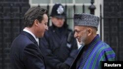 د برتانیا لومړی وزیر ډیویډ کېمرن د افغانستان ولسمشر حامد کرزی ته په ټډواننیګ سټریت کې د هغه د ورتلو پرمهال هرکلی وايي.مارچ لومړۍ نېټه ۲۰۱۱م کال