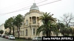 Проект дома был создан известным в то время в Сухуме архитектором – Альфредом Баммэ, чьим излюбленным стилем был модерн