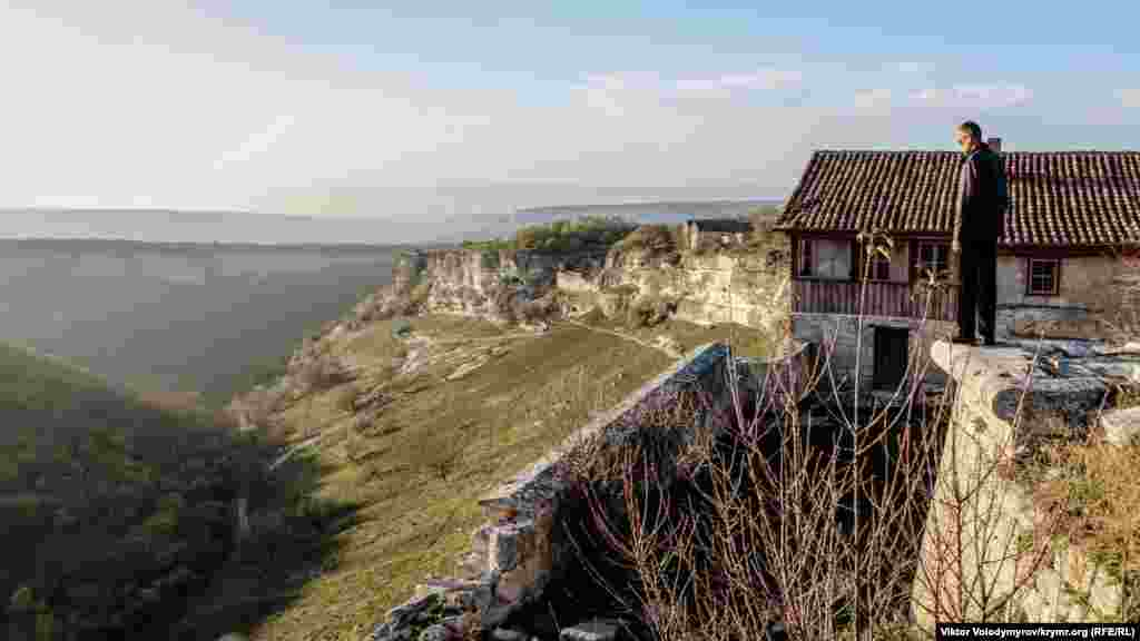 Средневековыйгород-крепость Чуфут-Калерасположен на горном плато в восточной части Бахчисарая. Здесь отлично сохранилась многовековая архитектура. На фото – вид с вершины Чуфут-Кале в сторону Свято-Успенского пещерного монастыря
