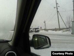 Озброєні бойовики перевіряють авто ОБСЄ (фото автора)