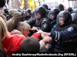 Protestari și poliție în vecinătatea tribunalului