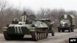Донбастағы қақтығыс аймағынан шығып бара жатқан Украина әскері техникалары. 26 ақпан 2015 жыл