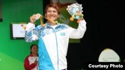 Пауэрлифтер из Казахстана Раушан Койшибаева на церемонии награждения на Паралимпиаде. Рио-де-Жанейро, 11 сентября 2016 года.