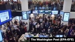 Сотрудники редакции Washington Post поздравляют друг друга с получением Пулитцеровской премии. Вашингтон, 16 апреля 2018 года.