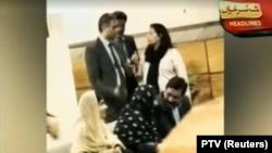 Скриншот видеоновостей о прибытии Малалы Юсуфзай в Пакистан. На этих кадрах - она вместе с семьей в VIP-зоне аэропорта Исламабада. 29 марта 2018 года.