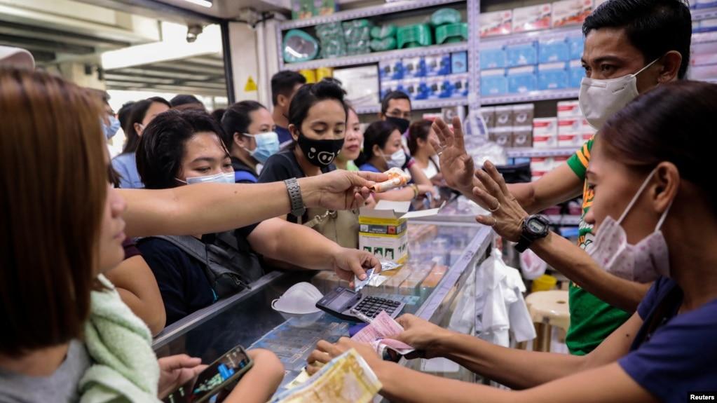 شماری از شهروندان فیلیپینی در روز یکشنبه و پس از شنیدن خبر جان باختن نخستین قربانی کرونا در این کشور، برای خرید ماسک به داروخانهها هجوم بردند
