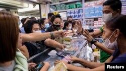 شماری از شهروندان فیلیپینی در روز یکشنبه و پس از شنیدن خبر جان باختن نخستین قربانی کرونا در این کشور، برای خرید ماسک به داروخانهها هجوم بردند.