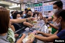 Драка в аптеке в Маниле среди покупателей медицинских масок. Февраль 2020 года