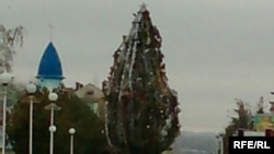 Қостанай қаласындағы мешіт жанында орнатылған жаңа жылдық шырша. Қостанай, 4 желтоқсан, 2009 жыл.