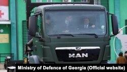 По окончании церемонии глава Минобороны сел за руль контейнеровоза и прокатил на грузовике посла Германии