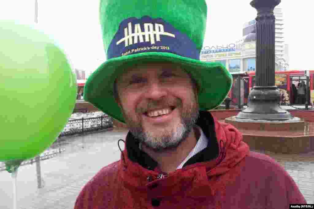 """Казанда үткән Изге Патрик көне йөрешендә чып-чын ирланд кешесе дә катнашты. Джон Кернан Казанда """"Тринити"""" дип аталган ирланд пабы ачып йөрү белән мәшгуль."""