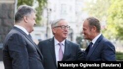 Петро Порошенко, Жан-Клод Юнкер і Дональд Туск (л > п) перед початком саміту, Київ, 13 липня 2017 року