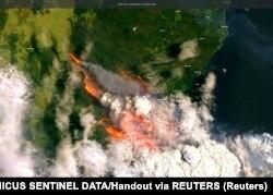 Дым австралийских пожаров из космоса