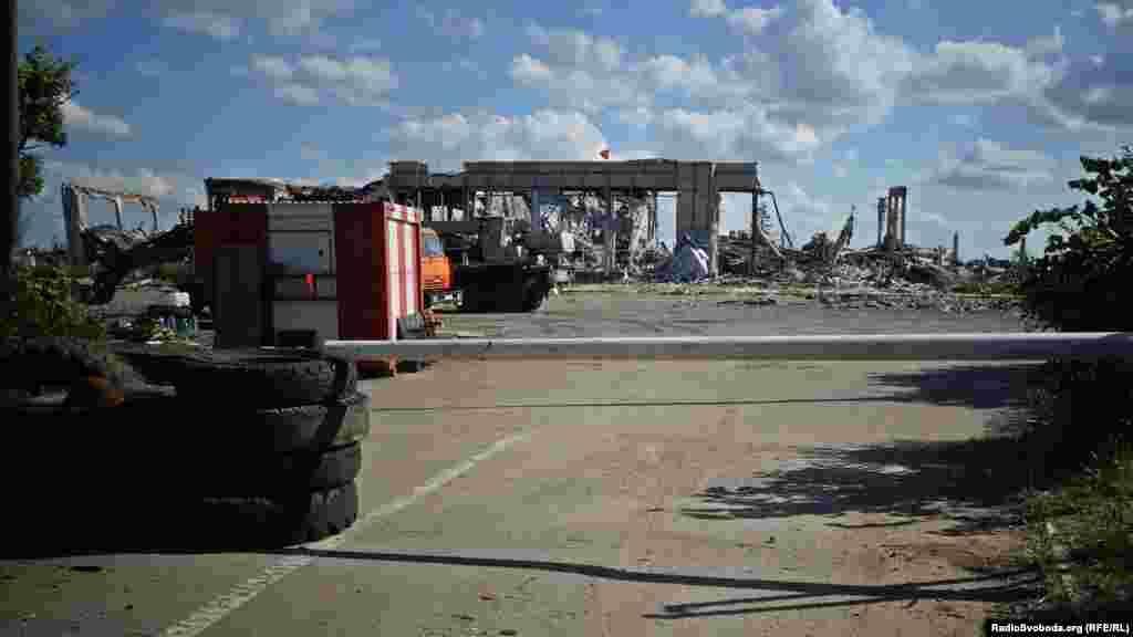 Зруйновану будівлю сепаратисти чомусь «прикрасили» червоним прапором