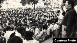 Кыргызстан Демократиялык Кыймылынын (КДК) лидерлери Топчубек Тургуналиев менен Жыпар Жекше демократиялык реформаларды талап кылган жаштардын алдында сүйлөп жатышат. 5-июнь, 1990-жыл