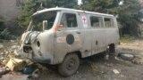 Машина украинских медиков, разбитая при обстрелах в районе села Пески