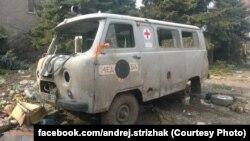 Машина українських медиків, розбита при обстрілі в районі села Піски