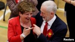 Liderul laburist, Jeremy Corbyn, cu candidata laburistă Emily Thornberry, astăzi, la Centrul de alegeri britanice