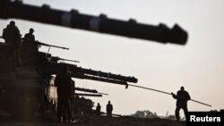 آمادهسازی تانکهای اسرائیلی در مرز با غزه. ۱۸ نوامبر ۲۰۱۲.
