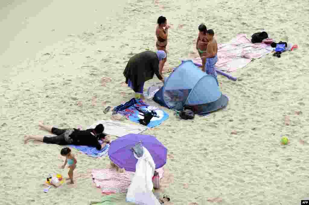 Žene u burkinijima na plaži u Marseju, avgust 2016.
