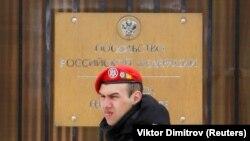 Gardian în faţa Ambasadei Rusiei la Chişinău